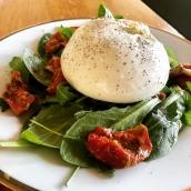 Retour du soleil, retour de la Burrata en  salade fraîcheur☀️ #mozzarella #burrata #printemps #gastronomie #artisanatfrancais #cheeseaddict #foodlover #hautesavoie #rhonealpes #geneve