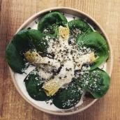 Nos risottos sont aussi version végé! Ici, coeur de burrata nature, antipasti d'artichauts et épinards frais. #platsdujour #aemporter #restauration #gastronomie #burrata #foodlover #cheeseaddict #mozzarella #hautesavoie #artisanatfrancais